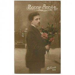 carte postale ancienne BONNE ANNEE. Homme et Fleurs 1918