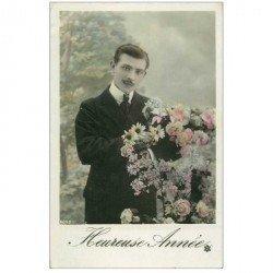 carte postale ancienne BONNE ANNEE. Homme et Fleurs vers 1905