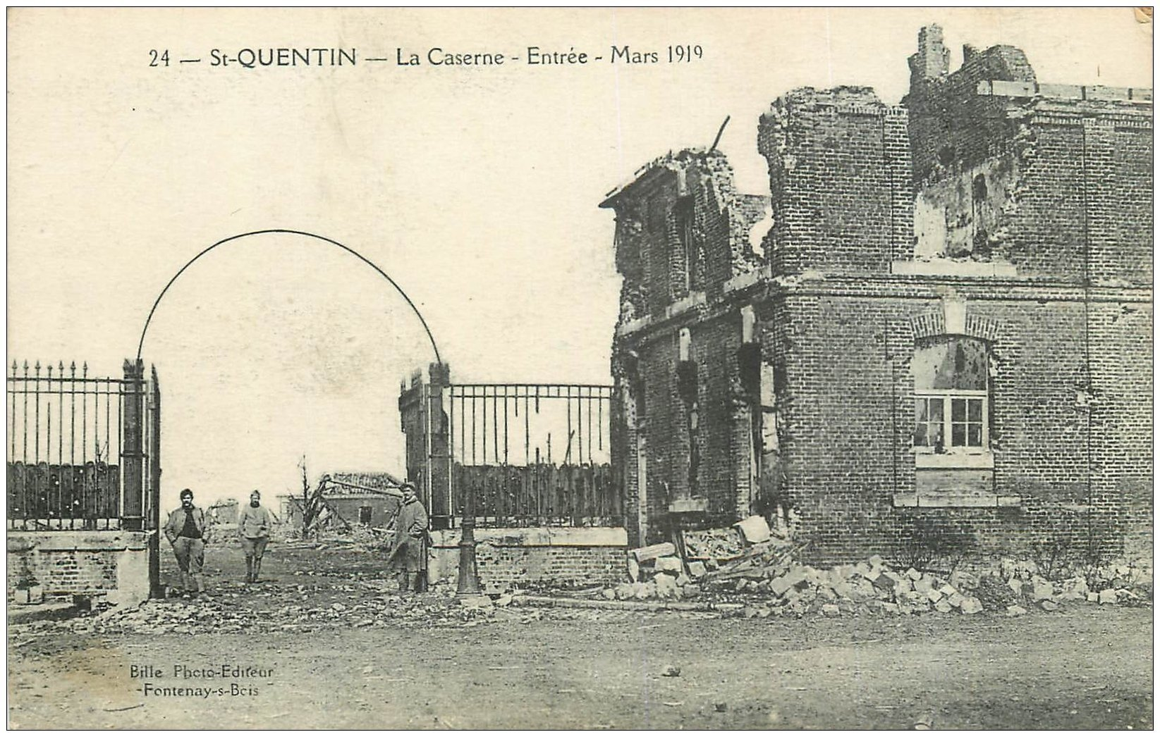 carte postale ancienne 02 SAINT-QUENTIN. Entrée de la Caserne 1919
