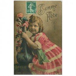 carte postale ancienne BONNE FETE. Fillette et Roses en vase 1909