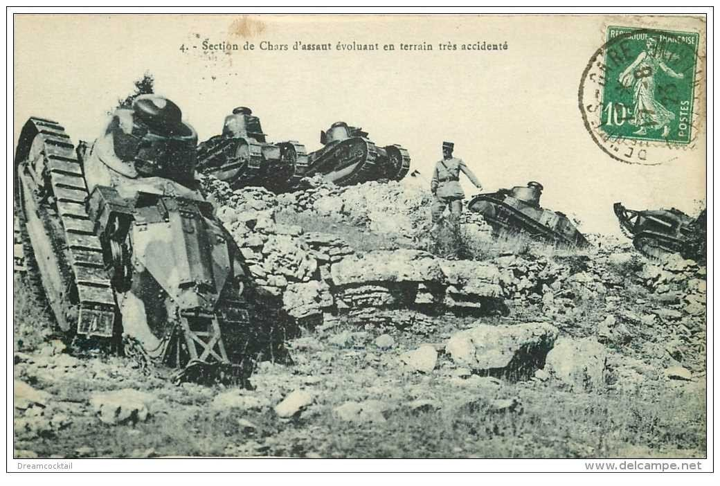 carte postale ancienne CHAR D'ASSAUT. Tanks évoluant en terrain accidenté 1923