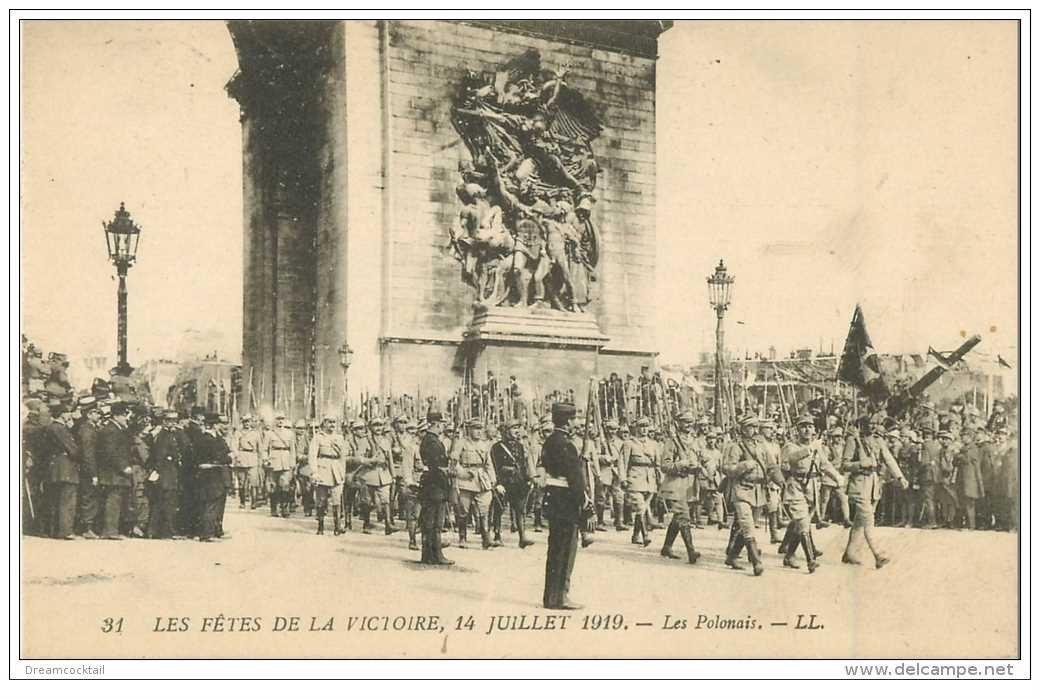 carte postale ancienne FETES DE LA VICTOIRE 1919. Les Polonais sous l'Arc de Triomphe. Armée et Militaires