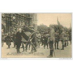 carte postale ancienne FETES VICTOIRE 1919. Décoration des Drapeaux par le Président. Armée et Militaires
