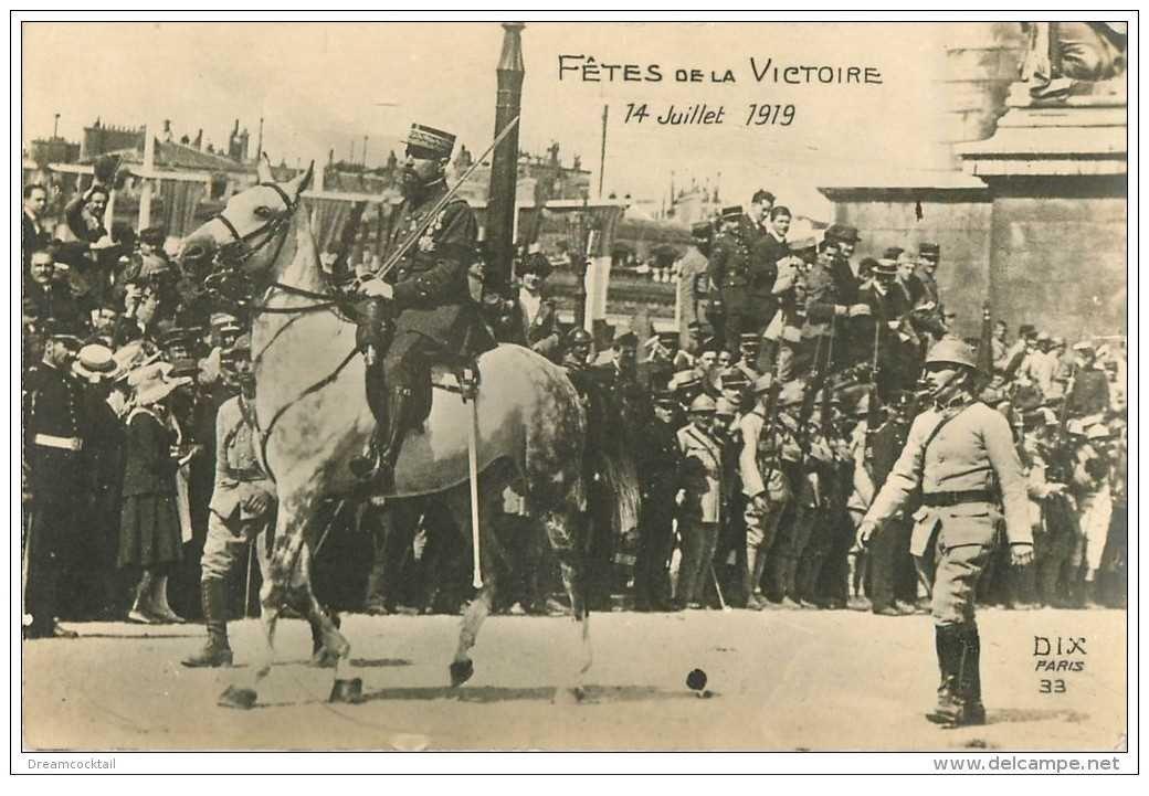 carte postale ancienne FETES VICTOIRE 1919. Un Gradé Cavalier et Poilus aux Champs-Elysées Armée et Militaires