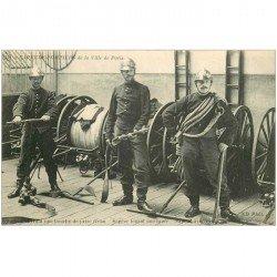 carte postale ancienne SAPEURS POMPIERS de la Ville de Paris. Ouverture d'une bouche pour prise d'eau.