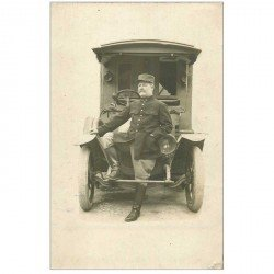 carte postale ancienne Photo Carte Postale d'un Militaire devant une superbe voiture camionnette