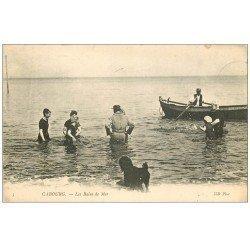 carte postale ancienne CABOURG 14. Le Bain de Mer avec Maitre Nageur tout habillé 1909