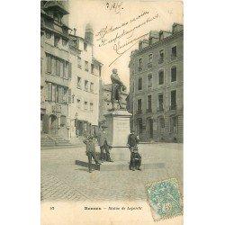 35 RENNES. Animation au pied de la Statue de Leperdit et Bourse du Travail 1905