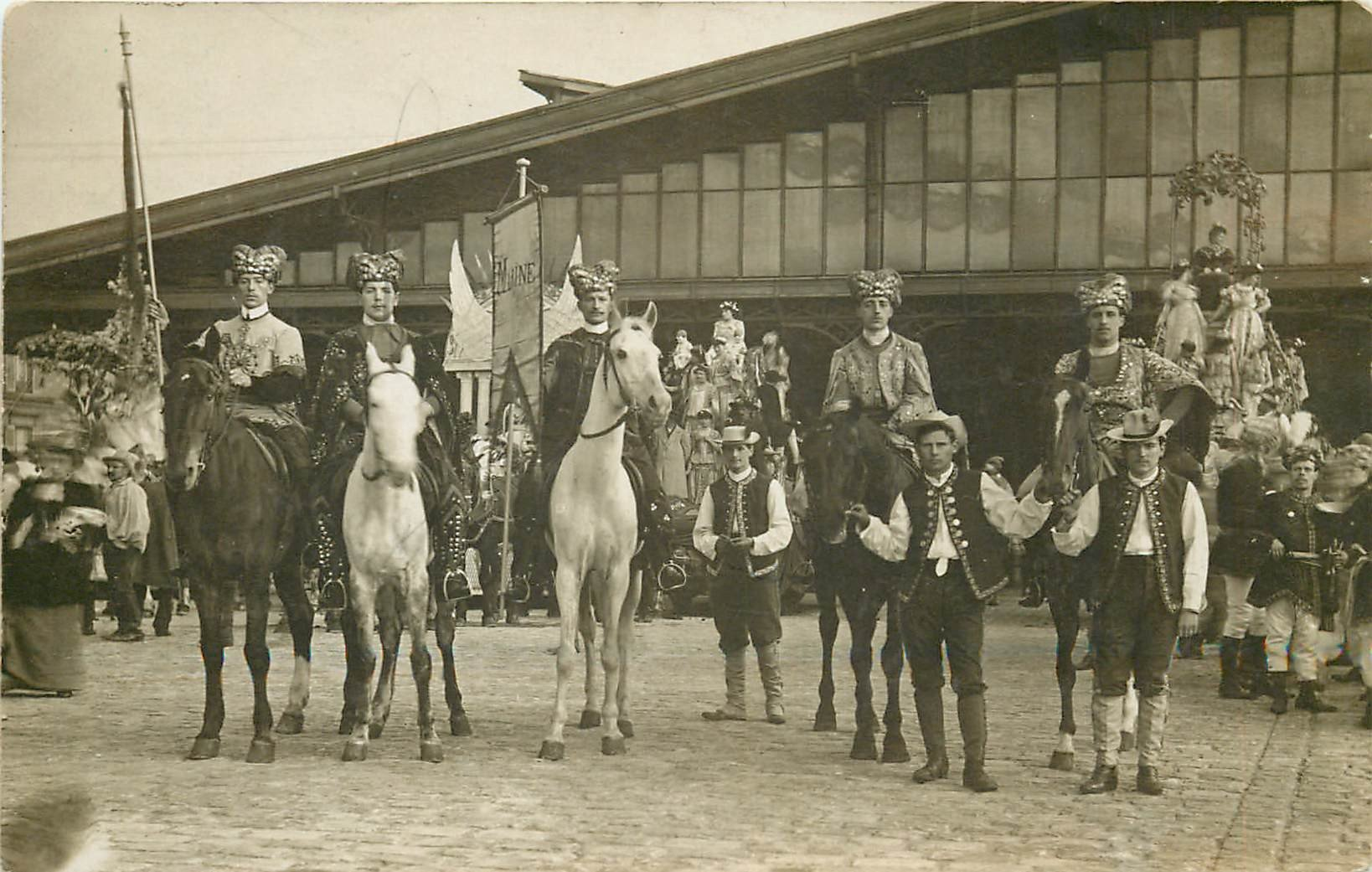 PARIS XIX. Election et parade de la Reine des Abattoirs de la Villette. Photo carte postale ancienne
