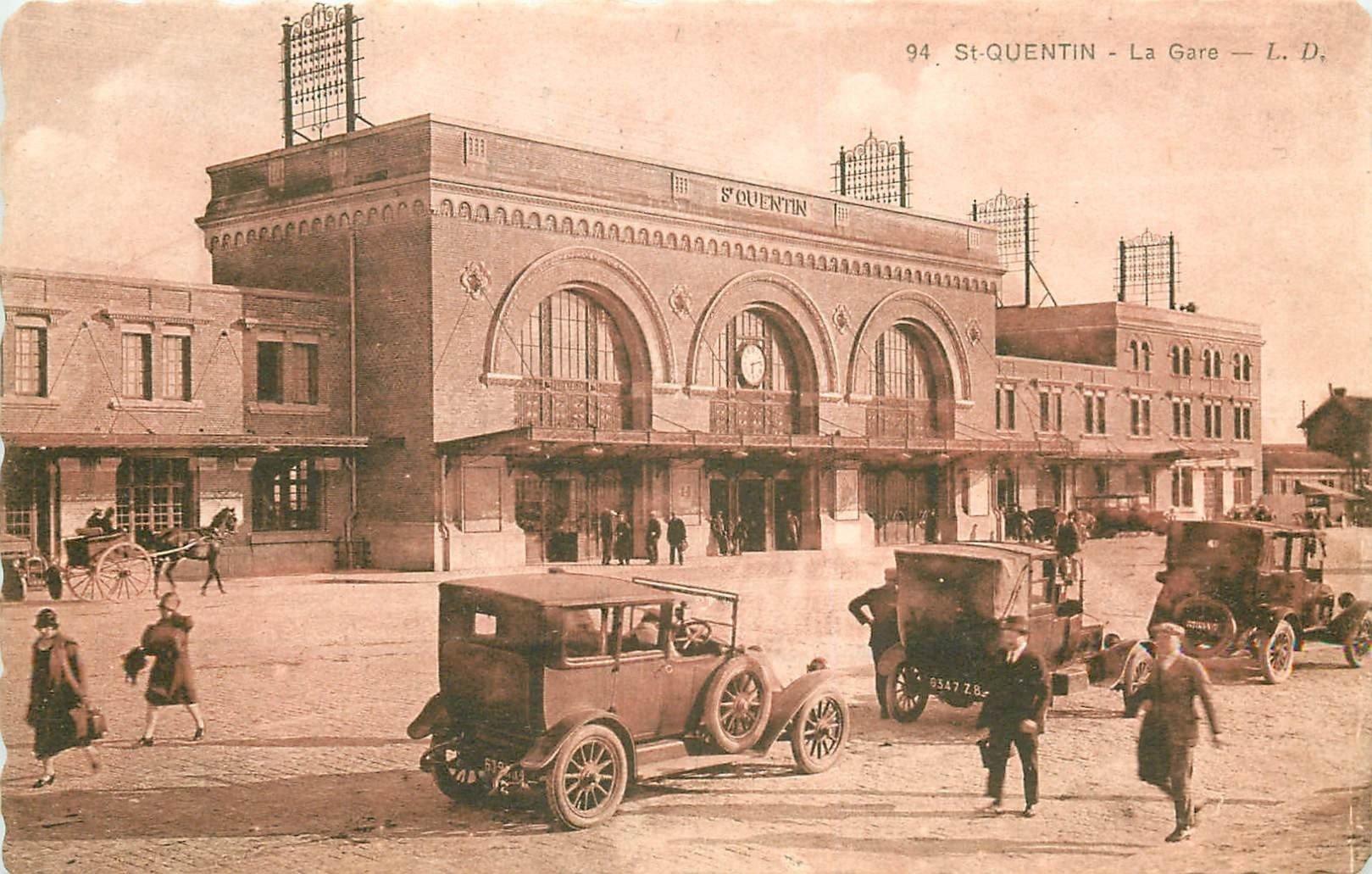 02 SAINT-QUENTIN. Voitures Taxi devant la Gare