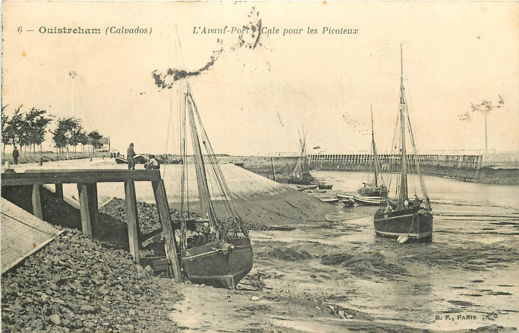 14 OUISTREHAM. Cale pour les Picoteux dans l'Avant-Port avec barques de Pêcheurs