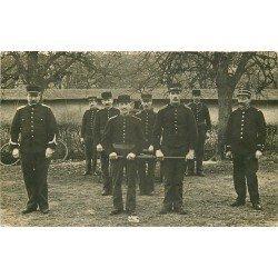 METIERS. Les Pompiers volontaires avec pompe à bras et soldat sous-liieutenant. Poto carte postale