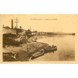 69 SAINT-FONS. Ouvriers au bord du Rhône chargeant d'un camion sur des barques