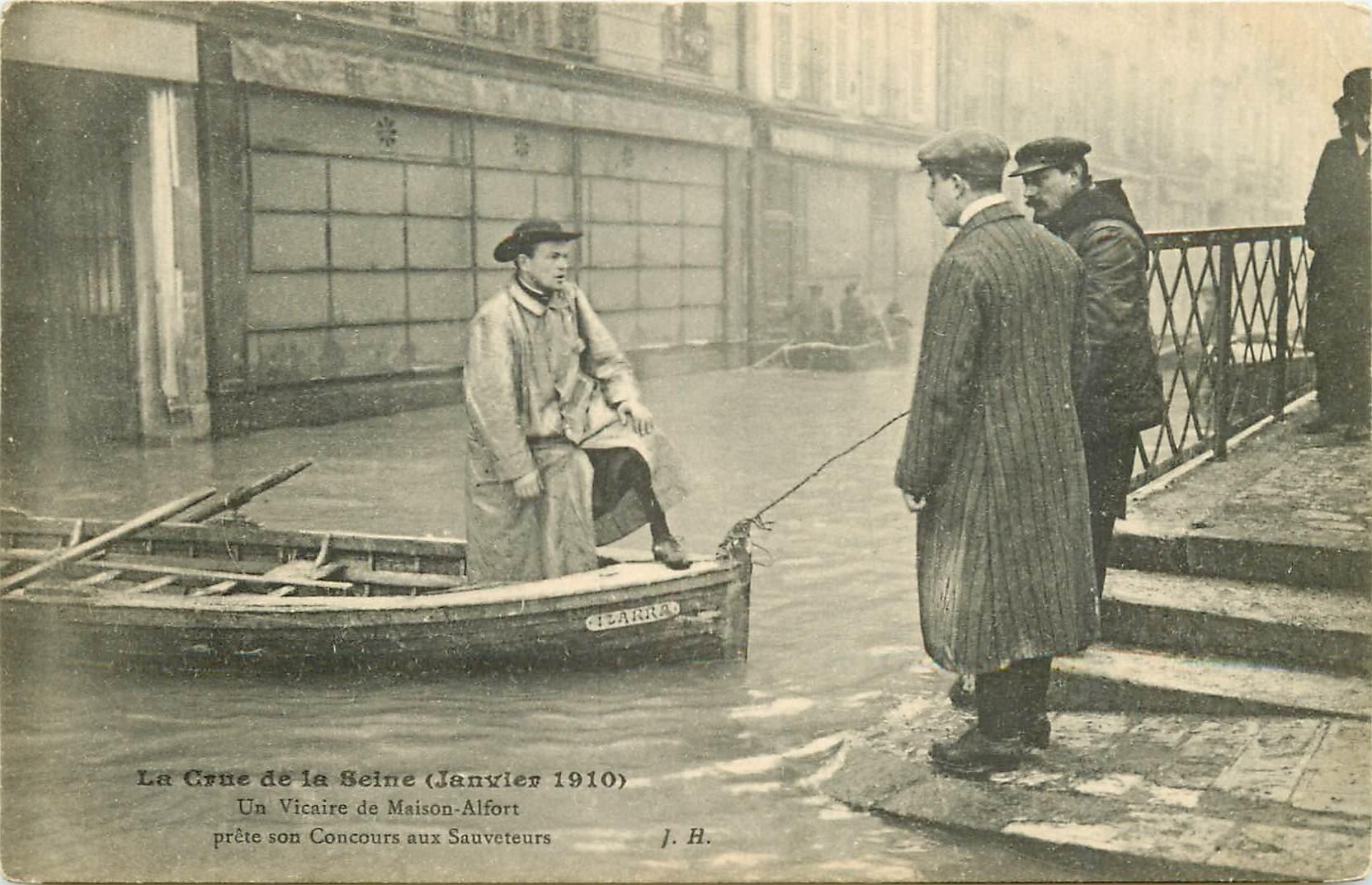 94 MAISONS-ALFORT. Un Vicaire en barque prête son Concours aux Sauveteurs Crue de 1910