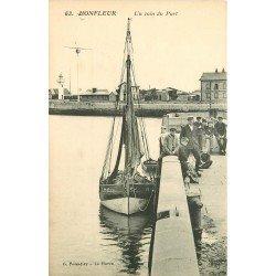 14 HONFLEUR. Un coin du Port avec Barque de Pêcheurs