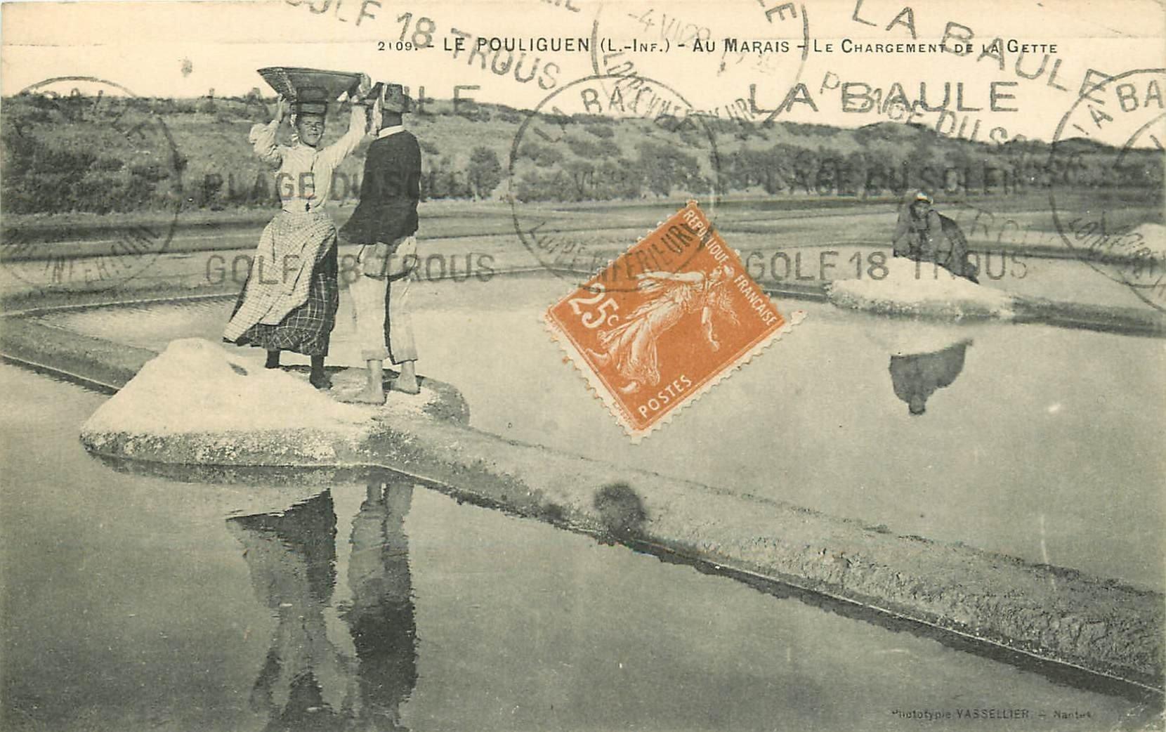 44 LE POULIGUEN. Au Marais salants le Chargement de la Gette par des Paludiers 1929