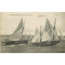 14 PORT-EN-BESSIN. Barques de Pêche sortant avec des Pêcheurs