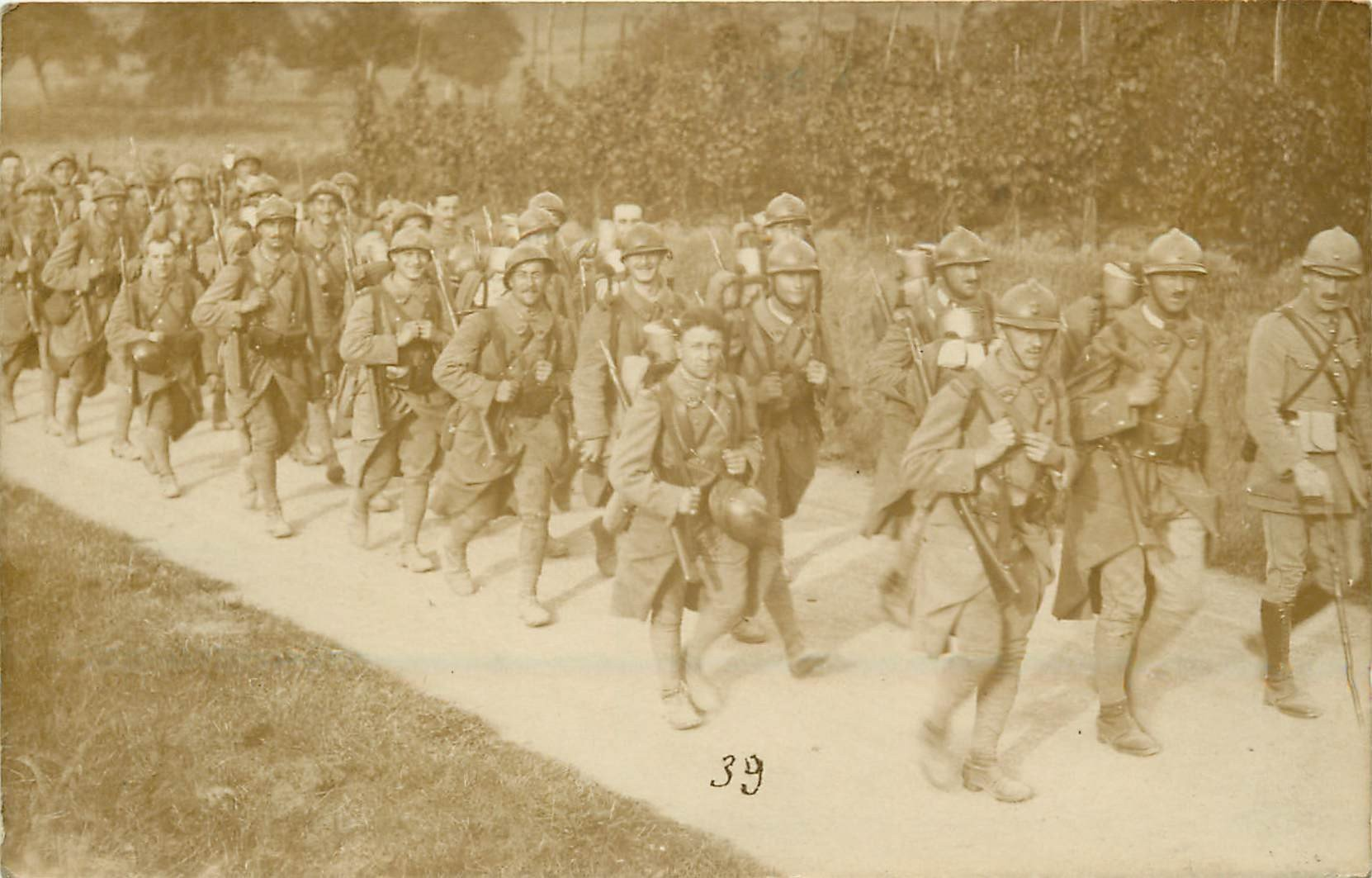 MILITAIRES. La Marche d'un Régiment de Poilus 1923. Photo carte postale ancienne