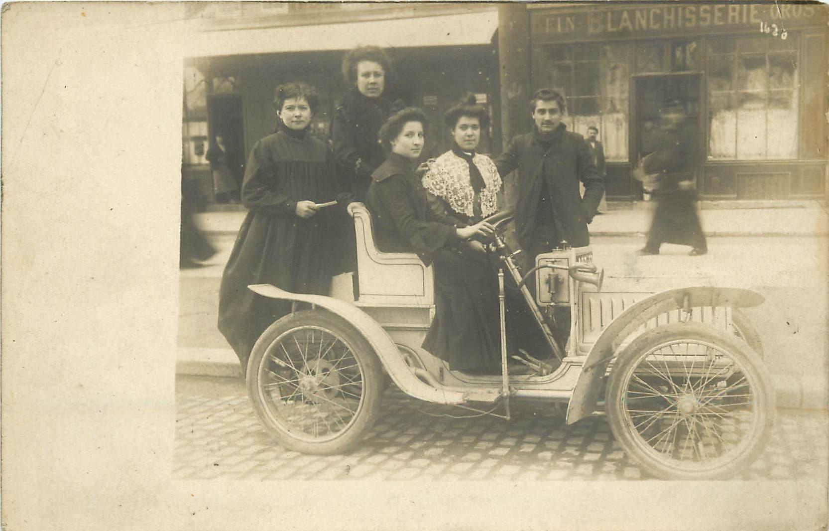 TRANSPORTS. Superbe voiture ancienne devant une Blanchisserie. Photo carte postale ancienne vers 1900