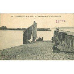 22 PERROS-GUIREC. La Cale au Port. Pêcheurs préparant leus filets de Pêche 1915