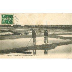 44 LE POULIGUEN. Les Marais Salants avec Récolte du Sel par de jeunes Paludiers 1913