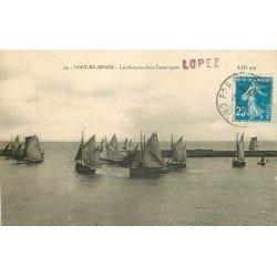 14 PORT-EN-BESSIN. Les Barques de Pêche dans l'avant-port 1920. Pêcheurs et Poissons