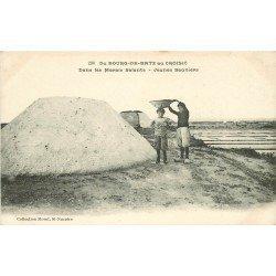 44 BOURG-DE-BATZ au CROISIC. Jeunes Sauniers dans les Marais Salants. Paludiers et Mulons de sel