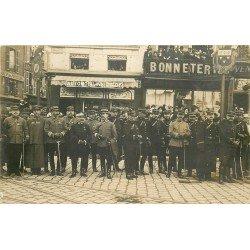 45 ORLEANS. Militaires devant la Bonneterie Place du Martroi. Photo carte postale ancienne