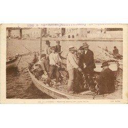 83 LE LAVANDOU. Pêcheurs démaillant leurs filets de Pêche 1929