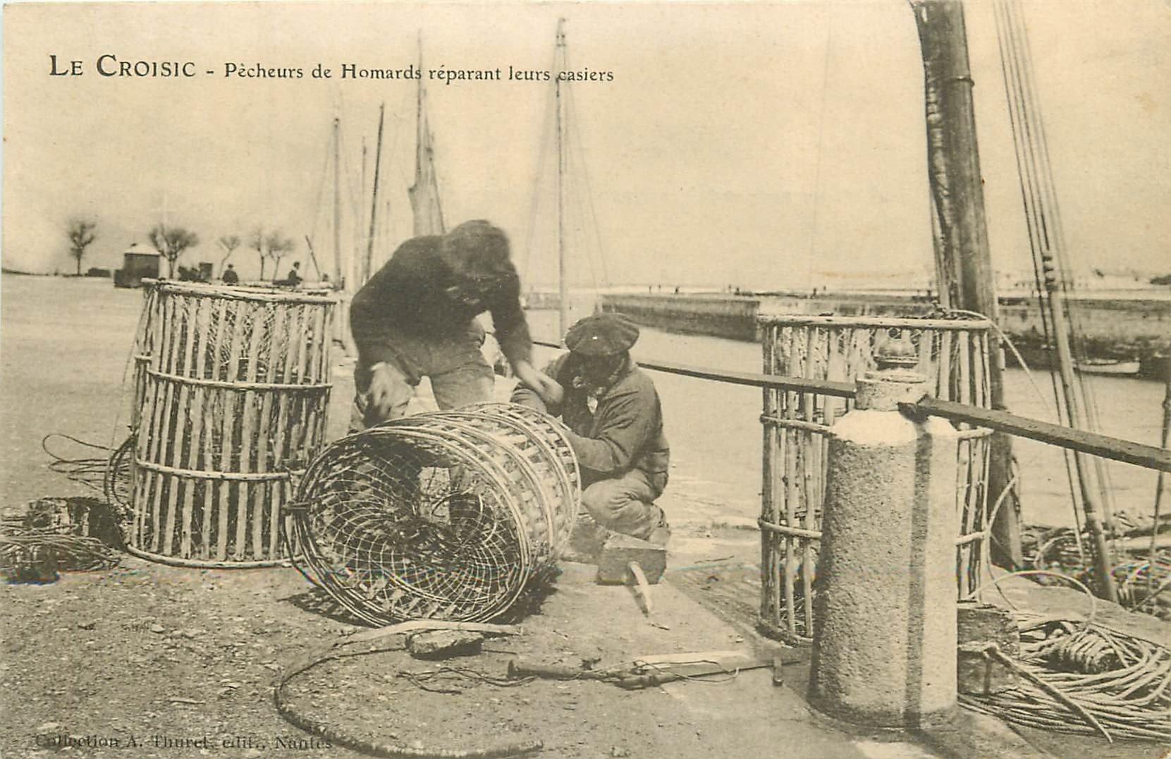 44 LE CROISIC. Pêcheurs de Homards réparant leurs casiers