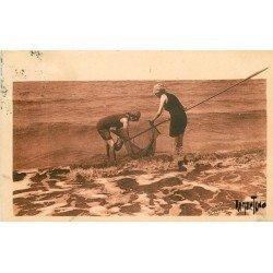 17 ROYAN. Baigneuses à la Pêche aux Crevettes 1930