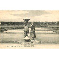 METIERS. 44 MARAIS SALANTS. La Récolte du Sel par Paludier et Paludières