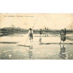 44 LE CROISIC. Au Marais les Paludiers et Paludières en plein travail du Sel 1908 (défaut)