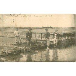 33 ARCACHON. Parqueurs d'Huîtres au Travail 1922