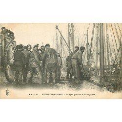62 BOULOGNE-SUR-MER. Pêcheurs sur le Quai pendant la Harengaison vers 1900