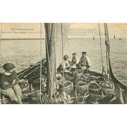 17 MARENNES. Retour de Pêche avec les paniers d'Huîtres sur la Seudre