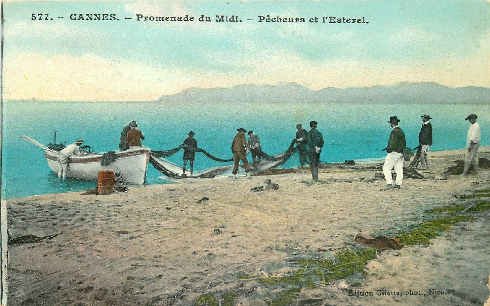 06 CANNES. Pêcheurs et l'Esterel sur la Promenade du Midi. Le Tirage des filets de Pêche