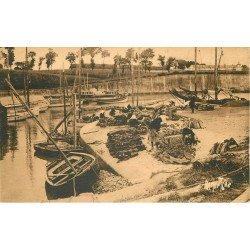 17 ILE D'OLERON. Port du Chateau d'Oleron. Triage des Huîtres 1936 (coupure)
