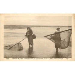 62 BERCK-PLAGE. Pêcheuses de Crevettes dans la Baie de l'Authie