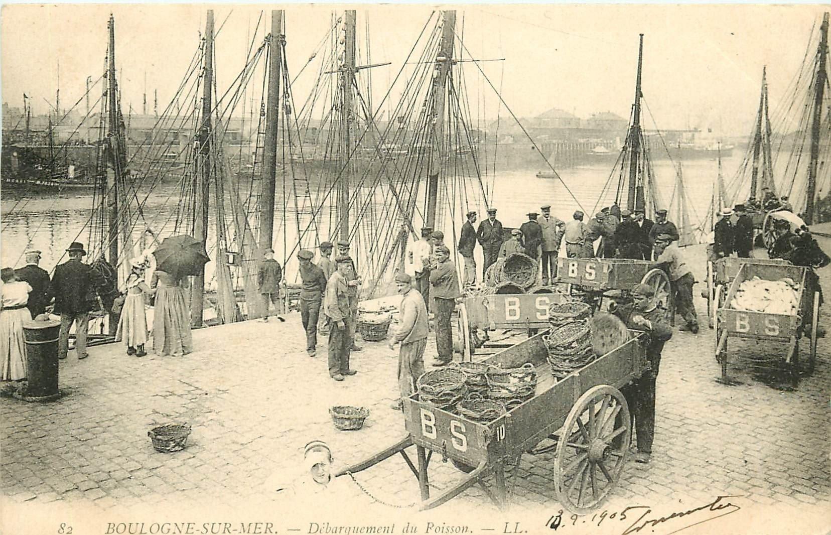 62 BOULOGNE-SUR-MER. Le Débarquement du Poisson Pêcheurs et Bateaux 1905