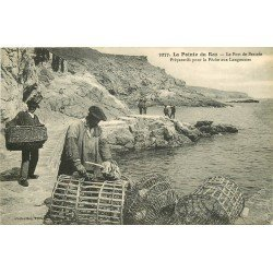29 LA POINTE DU RAZ. Préparatifs pour la Pêche aux Langoustes dans le Port de Bestrée