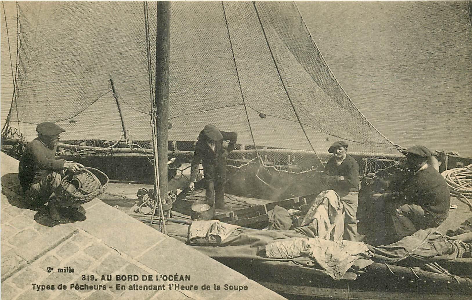 44 AU BORD DE L'OCEAN. Types de Pêcheurs attendant l'Heure de la Soupe