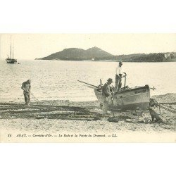 83 AGAY. Pêcheurs préparant leur filets dans la Rade et la Pointe du Dramont. Barque et chien