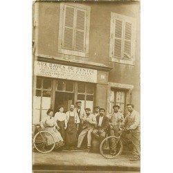 """A IDENTIFIER. Cycliste devant le Café """" Aux Caves du centre """" tenu par Louis Boué. Photo carte postale ancienne"""
