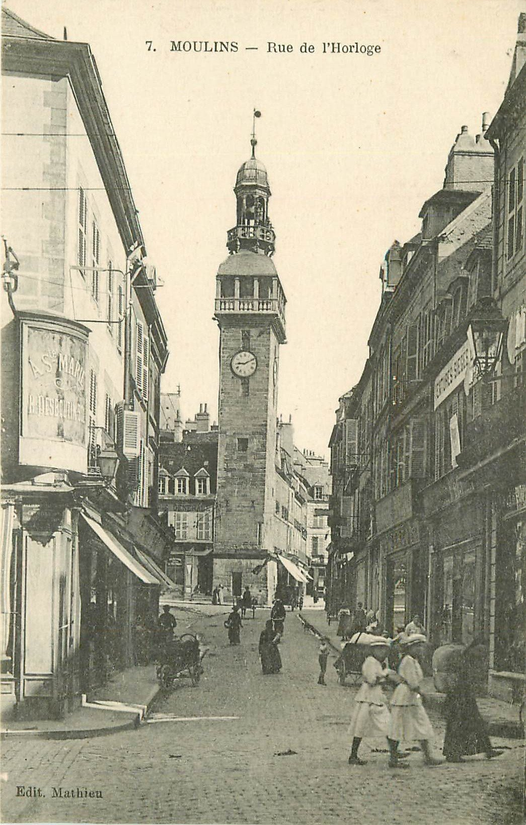 03 MOULINS. Animation rue de l'Horloge