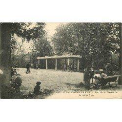 92 LEVALLOIS-PERRET. Enfants avec jeux de sable au Parc de la Planchette 1929