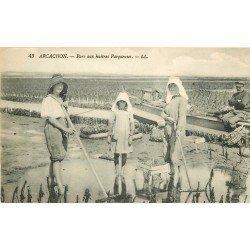 33 ARCACHON. Parqueuses au travail au Parc à Huîtres 1922