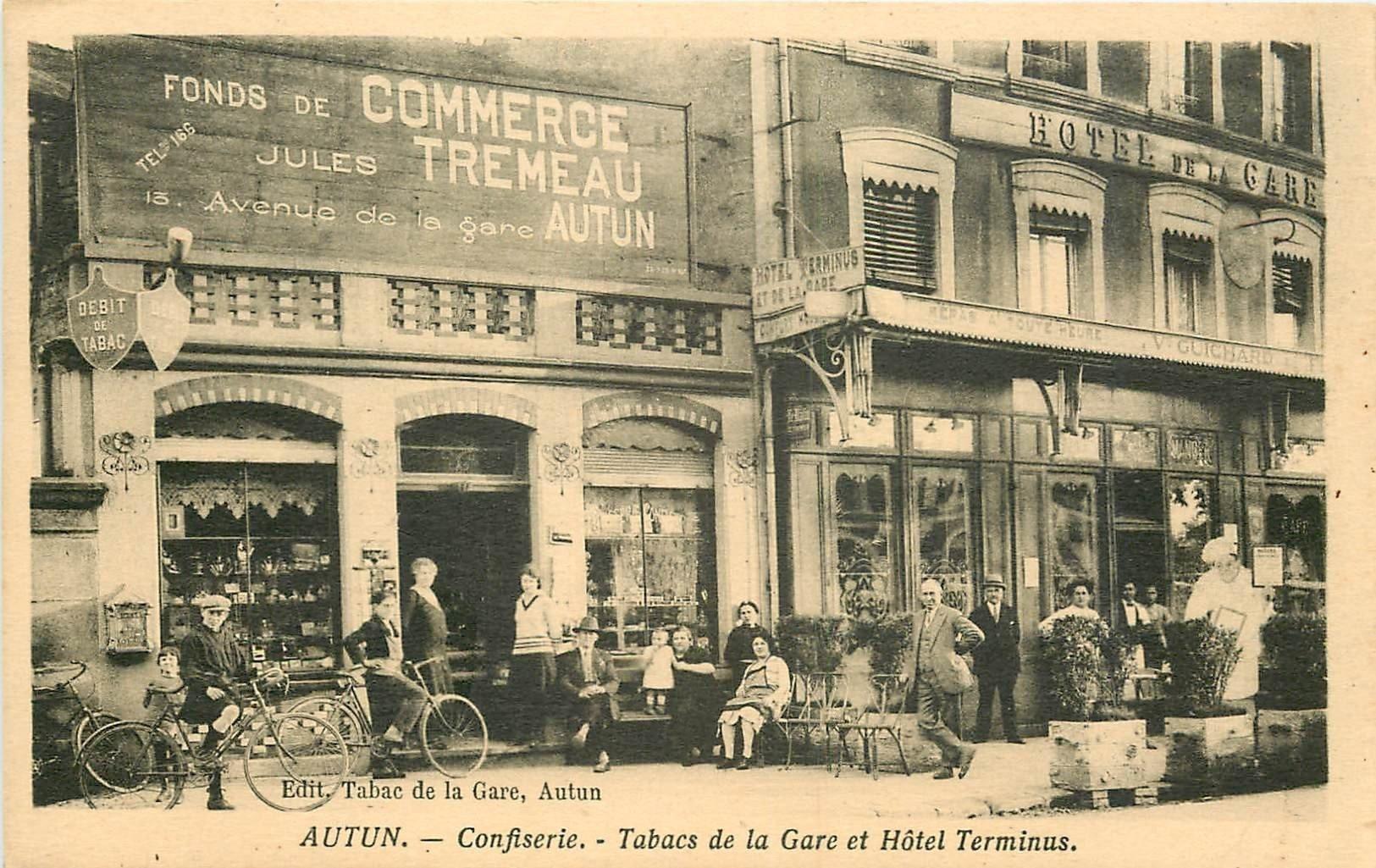 71 AUTUN. Cyclistes devant la Confiserie, Tabac et Hôtel Terminus Avenue de la Gare