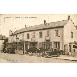 21 SAULIEU. Voitures anciennes et Pompe à essence devant Hôtel du Petit Marguery