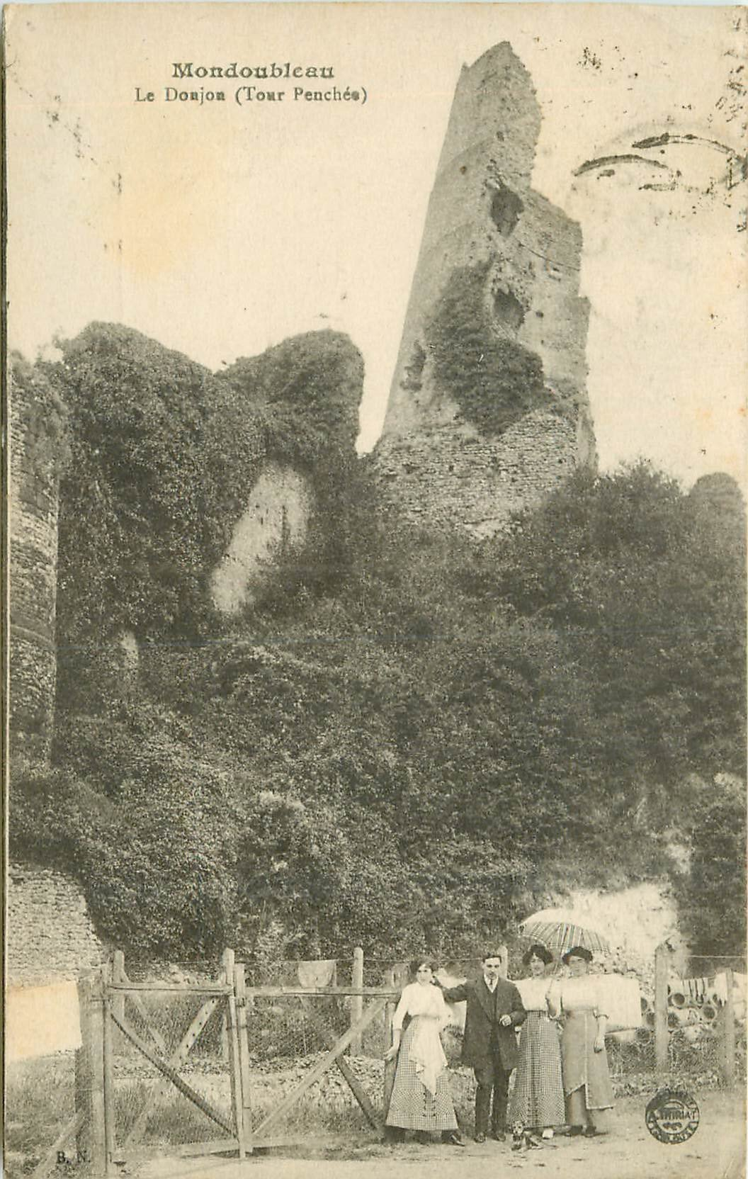 41 MONDOULEBAU. Le Donjon animation au pied de la Tour Penchée 1926